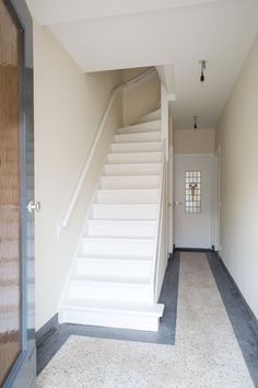 Granito vloer witte trap met zwarte loper woning vloeren pinterest toilet - Witte trap grijs ...