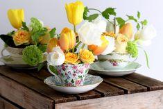 Hoje trouxemos uma dica muito legal para quem gosta de decorar a mesa com flores: um arranjo feito nas xícaras antigas da vovó!