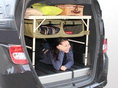 キャンプの準備欲を掻き立てるグッズが、ビーズ株式会社のアウトドア用品ブランド「DOPPELGANGER OUTDOOR(R)(ドッペルギャンガーアウトドア)」より発売。車内でキャンプ用品を整理するための棚になるように設計された、チェア「グッドラックソファ」とテーブル「グッドラックテーブル」で、グランピングも楽しめる。6