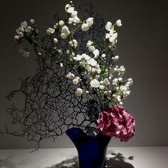 by Sogetsu art Ikebana Flower Arrangement, Ikebana Arrangements, Modern Flower Arrangements, Arreglos Ikebana, Ikebana Sogetsu, Yule, Oriental Flowers, Garden Deco, Art Japonais
