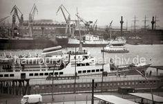 721_5 Die 1955 gebaute WAPPEN VON HAMBURG liegt an den St. Pauli Landungsbrücken; das 17,5 Knoten schnelle Seebäderschiff fuhr Tages- gäste zu Deutschlands ...