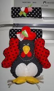 Resultado de imagem para imã de geladeira em feltro Felt Crafts, Diy And Crafts, Kitchen Hot Pads, Sewing Projects, Projects To Try, Chicken Crafts, Felt Fabric, Pattern Art, Handmade