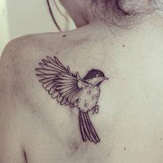 Pour Fiona ⚡️ #cheyenneillus #birdtattoo #ink #blxckink #linework #dotwork #blackink