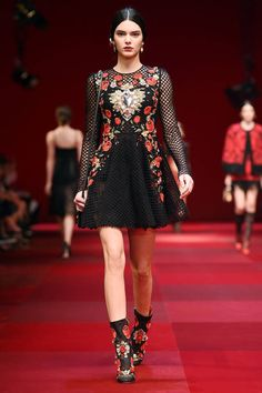 Pin for Later: Kendall Jenner Continues Her Fashion Week Takeover at Chanel She Not Only Walked at Dolce & Gabbana . Kendall Jenner Runway, Kendall Jenner Style, Kylie, Runway Fashion, Fashion Models, High Fashion, Fashion Trends, Milan Fashion, Fashion 2018