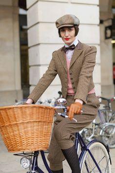 Chic sobre ruedas www.companiadesombreros.com.ar #hats #sombreros