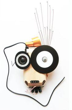 » der Sound'ler «  Bricolage 2011, 25 x 45 x 7cm   Material: Kopfhörerteil von meinem geliebten Kopfhörer (1991-2003) von Sony, selbstgebrannte Musik-CD, Laptop-Kupferkabel, Kopfkrauler, Mobiltelefon-Gummitasten, Kupfer-Boxenkabel, Diverses aus altem Röhrenverstärker, Stromanschlußkabel vom Verstärker Medium: Sperrholz-Verpackung eines Biobrotes
