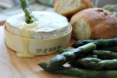 Baked Camembert with Asparagus Soldiers My Favorite Food, Favorite Recipes, Baked Camembert, Food Packaging, Packaging Ideas, Tasty, Yummy Food, Slow Food, Looks Yummy