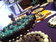 Tablescape of assorted cake balls for a fall wedding. www.cakeballers.com #wedding #cakeballs #thecakeballers
