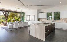 Už tradične v dome nájdeme prepojenú spoločenskú zónu kuchyňa - jedáleň - obývačka.