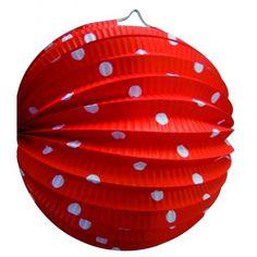Rode bol lampion met witte stippen 23 cm. Materiaal: papier. De lampion is niet brandvertragend en in deze lampionnen kunnen geen waxinelichtjes of andere kaarsjes.