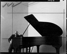 """'Das' Konzeptmeisterwerk schlechthin:  Arnold Newman // Igor Stravinsky., New York °1946 ;  Eine """"Absolute"""" Komposition nach Negativem Raum, Linienführung, Formkontrasten und Adaptierung klassischer Schnitte  (Ausschnitt des Original-Kontaktbogens)"""