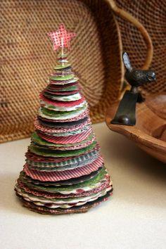 Albero di Natale creato con cerchi di carta regalo #paper #christmas #tree #DIY