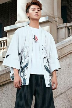 The Haori is a traditional Japanese hip- or thigh-length kimono-style jacket. The haori does not close like a yukata, but is worn open or kept closed by a string that connects the lapels. Crows on White Haori, Printed Haori, Men's Fashion, Traditional Outfit, Japanese Fashion, Tokyostyle, Summer Fashion, Trendy Outfit, Men's Classy Style, Casual Outfit, Asian Street Style, Fashion Blogger! #crowshaori #printedhaori #outerwear #tokyostyle #kokorostyle
