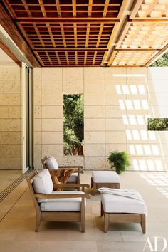 Off the living room in a Northern California house, a wood brise-soleil shades a seating area furnished with armchairs and ottomans by Restoration Hardware. Indoor Outdoor Living, Outdoor Rooms, Outdoor Furniture Sets, Outdoor Decor, Outdoor Ideas, Architectural Digest, Woodside California, California Homes, Northern California