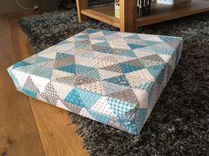 HOUSSE POUR COUSSIN DE SOL carré : tuto en photos | cmoikikou Caravan Renovation Diy, Diy Cushion Covers, Picnic Blanket, Outdoor Blanket, Diy Blog, Photo Tutorial, Diy And Crafts, Cushions, Sewing