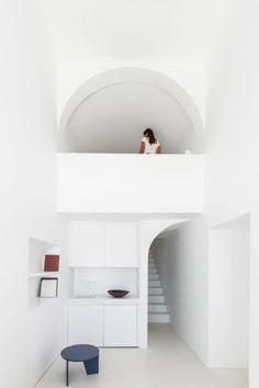 7ec1beef5c Vakítóan fehér barlangház Santorinin Santorini House, Beautiful Interiors,  Greece Architecture, Modern Architecture,