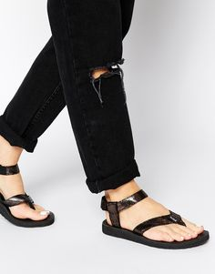 €80, Sandalias de Dedo de Cuero Negras de Teva. De Asos. Detalles: https://lookastic.com/women/shop_items/224050/redirect