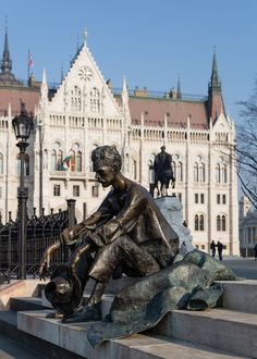 Statue of Attila Jozsef poet in front of Hungarian Parliament Buildings, Budapest Budapest Holidays, Cool Places To Visit, Places To Go, Budapest Travel, Heart Of Europe, Voyage Europe, Outdoor Sculpture, Budapest Hungary, Nature Photos
