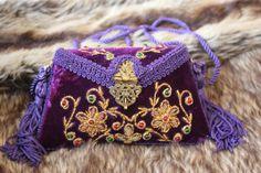 Caja de terciopelo bordado de oro púrpura