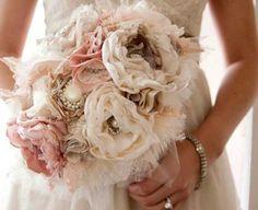 Ramo de novia tipo joya | de estilo vintage realizado con tela y perlas | Balart Núvies Wedding center