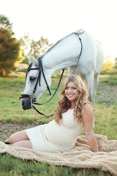 Maternity photos with horses, want this but with head on my belly.