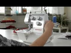 BERNINA overlocker L 220 inrijgen en coversteken naaien - YouTube