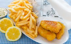 Fish and chips are very popular and a British dish that is loved by people from all over the world. Both simple and tasty, fish and chips are surprisingly high in nutritional value, containing vitamins, minerals and lots of protein. Fish And Chips Rezept, Fish Dishes, Main Dishes, Seafood Dishes, English Fish And Chips, Simply Yummy, British Dishes, Protein Rich Foods, Beef And Noodles