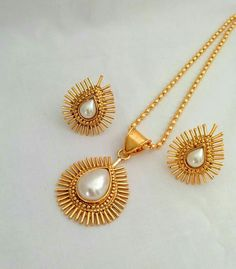 Pretty Pearl and gold jewelry Gold Jewellery Design, Gold Jewelry, Jewelery, Jewelry Art, Antique Earrings, Antique Jewelry, India Jewelry, Kerala Jewellery, Simple Jewelry