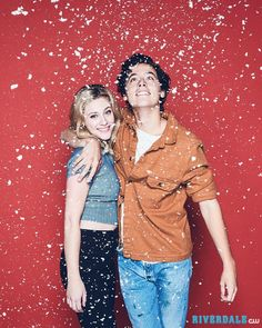 Riverdale (@thecwriverdale) в Instagram: «In case all you want for Christmas is Bughead. Stream the latest episodes only on The CW! Link in…»