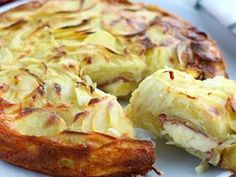 Winter gets its treats as well ! Here is a salty cake, filled with the delicious cheese that is raclette! - Recipe Main Dish : Raclette and potatoes cake - video recipe! by PetitChef_Official Breakfast And Brunch, One Pot Meals, Easy Meals, Raclette Cheese, Cheese Potatoes, Potato Cakes, Quiches, Skinny Recipes, Potato Recipes