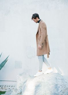 The camel color is never out in fashion, what matters is to adapt it to the trends of the season and, of course, according to your own personal style. The most iconic and often seen piece in this particular shade is the coat: an investment in this type of outerwear will never represent a wrong choice.