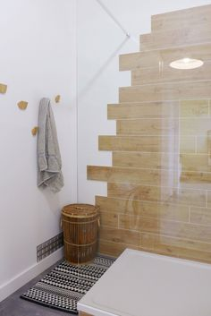 Wood combines with white in the bathroom - tiles furniture Diy Bathroom Decor, Bathroom Inspo, White Bathroom, Bathroom Furniture, Bathroom Ideas, Home Projects, Tile Floor, House Design, Design Dintérieur