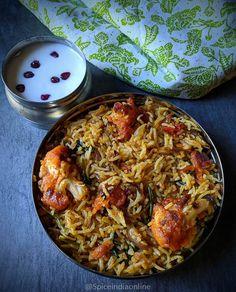 indian food Tandoori Cauliflower Biryani - Cauliflower caoted with tandoori masala, fried and layered in rice to make a quick dum biryani. Lunch Box Recipes, Veg Recipes, Cooking Recipes, Curry Recipes, Paneer Recipes, Cooking Tips, Chicken Recipes, Recipies, Easy Healthy Dinners