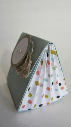 … and these sweet particles showed us to Sina at the team meeting in January :). I thought the idea was so good that I absolutely wanted it - Diy Crafts Gift Wraping, Gift Wrapping Paper, Origami, Scrapbooking, Scrapbook Paper, Paper Toy, Craft Packaging, Craft Bags, Diy Box