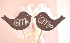 Wedding Mr and Mrs love birds cake topper por BellaBrideCreations, $19.99