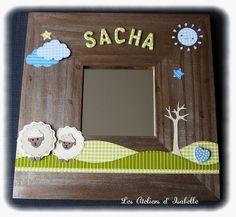 Cadre miroir personnalisé. Cadeau de naissance original. Marron, vert et bleu. Nature, arbre, moutons, nuage, soleil