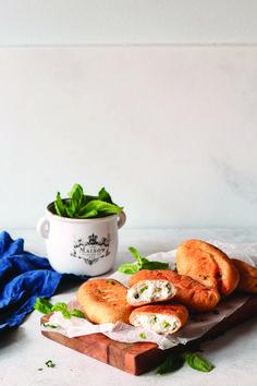Τα πισία είναι τα αγαπημένα τυροπιτάκια του Πόντου. Παραδοσιακά γεμίζονται με πατάτα ή τυρί και η διαφορά τους με τα κλασικά είναι η πολύ αφράτη ζύμη. Σε αυτή την εκδοχή γεμίζονται και με τυροσαλάτα, σήμα κατατεθέν του Βορρά. Camembert Cheese, Dairy, Meat, Chicken, Food, Essen, Meals, Yemek, Eten