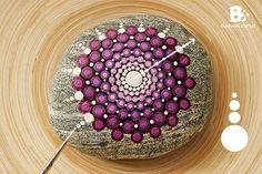 Einfache Schritt für Schritt Anleitung zum Mandala Steine bemalen. Die bunten Punktemuster sind so leicht zu malen, dass man dafür kein Profi sein muss.