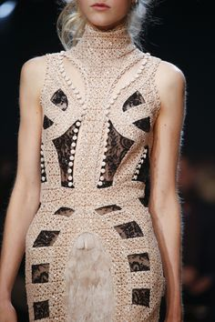 See detail photos for Alexander McQueen Spring 2016 Ready-to-Wear collection.