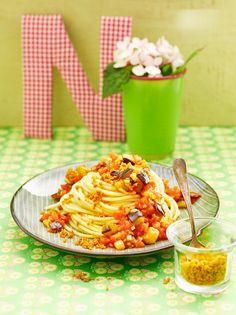 Vegane Gemüsepasta mit Aubergine und Tomaten | http://eatsmarter.de/rezepte/vegane-gemuesepasta