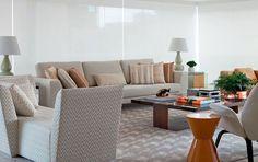 As duas cores, pontuadas em revestimentos, móveis, tecidos e objetos conferem calma e requinte ao apartamento de 300 m2, na zona Sul paulistana.