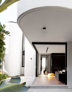 Decus Interiors took cues from this Sydney home's beachside location to deliver a laid-back, shoes-off mindset. Walls of sliding glass connect the media room with the garden. Residential Architecture, Architecture Design, Daybed Design, Australian Homes, Simple Colors, Hallway Decorating, Other Rooms, Apartment Living, Living Area