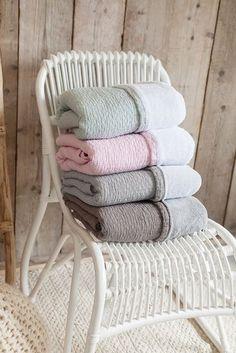 Binnenkort bij Jut en Juul verkrijgbaar deze prachtige nieuwe deken 'Elba' van Koeka. Nog heel even geduld. Wij verwachten de deken rond 3 december!