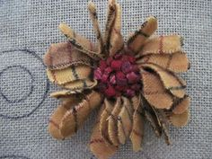 Heres some hooked and prodded pins. Below are the instructions on how to make them. Heres a picture of a few ways to cut wool. Wool Embroidery, Wool Applique, Brooches Handmade, Handmade Flowers, Proddy Rugs, Rug Hooking Designs, Fabric Brooch, Penny Rugs, Fabric Art