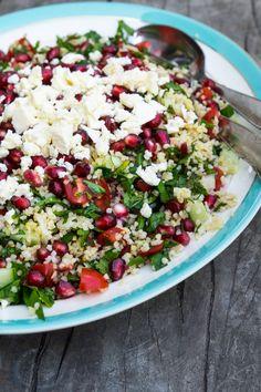 Sommersalat med bulgur, granatæble, feta, persille og mynte - Stinna - Vegetarsalat Veggie Recipes, Salad Recipes, Healthy Recipes, Feta, Waldorf Salat, Taco Salat, Simply Recipes, Greens Recipe, Recipes From Heaven
