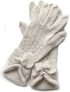 Knitted gloves. Pattern in swedish.