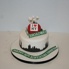 New York skyline & big apple cake Latest Birthday Cake, 30 Birthday Cake, Adult Birthday Cakes, 40th Birthday Parties, Broadway Wedding, Broadway Theme, Nyc Cake, City Cake, New York Party