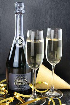 Lasst die Korken knallen. Lasst die Gläser klingen. Lasst uns das neue Jahr beginnen. Wir wünschen euch allen ein glückliches neues Jahr #2017. White Wine, Alcoholic Drinks, Champagne, Corks, Wine, Alcoholic Beverages, White Wines, Alcohol