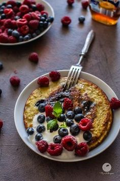 Najprostszy omlet bananowo owsiany | flymetothespoon - blog kulinarny Eat Happy, Happy Foods, Köstliche Desserts, Delicious Desserts, Healthy Sweets, Healthy Snacks, Smoothie Detox Plan, Helathy Food, Smothie Bowl