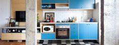 O tom azul da cozinha deixou a área social mais leve e divertida. Por outro lado, as colunas descascadas trazem um toque industrial para a decoração. Marcenaria feita por Zeno e Fernando (Foto: Maira Acayaba/Divulgação)